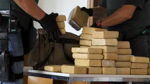 German customs officers present 100 kg of cocaine during a press conference in Berlin, on August 19, 2011