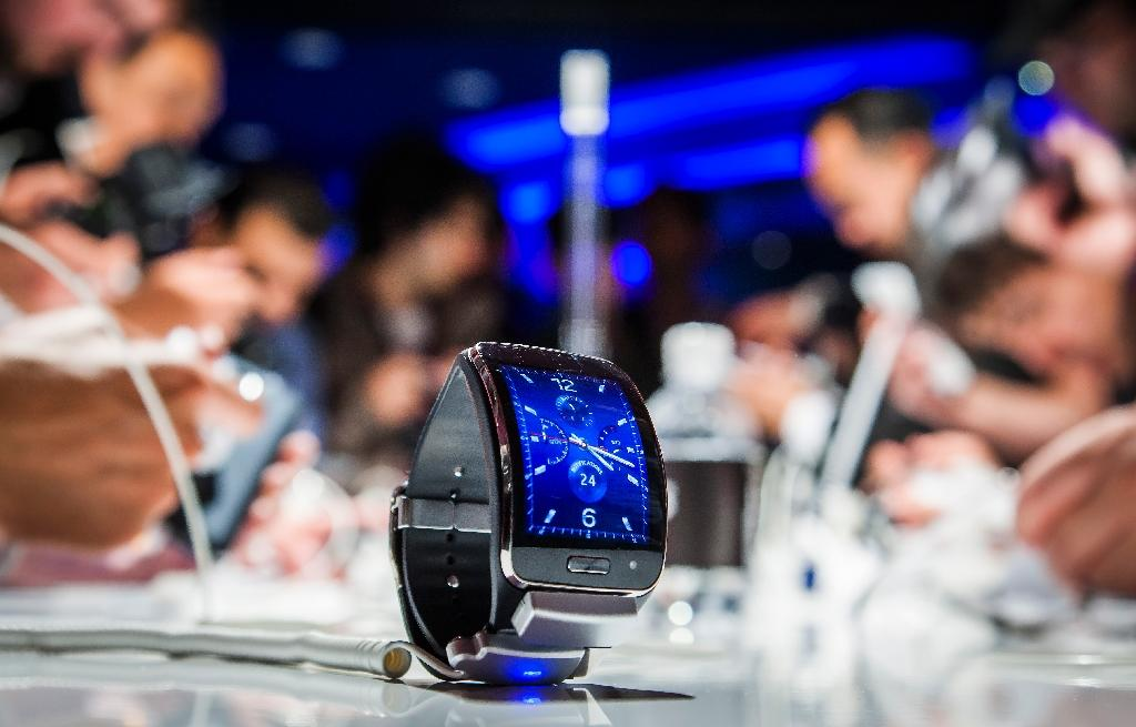 Samsung unveils new smartwatch to challenge Apple Watch