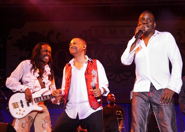 (L-R) Verdine White, Ralph Johnson and Philip Bailey rock it out at 60. (Yahoo! photo/Alvin Ho)