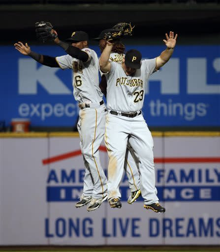Alvarez backs Locke as Pirates beat Brewers 5-2