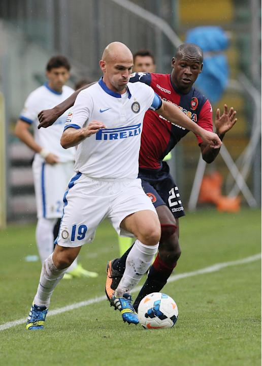 Inter Milan's Esteban Cambiasso, left, and Cagliari's Victor Ibarbo, fight for the ball during the Serie A soccer match between Cagliari and Inter, at the Nereo Rocco Stadium in Trieste, Italy, Sunday