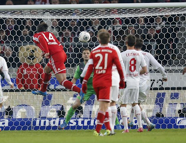 Bayern's Claudio Pizarro of Peru, left, scores his side's equalizing goal during a German first soccer division Bundesliga match between VfB Stuttgart and FC Bayern Munich in Stuttgart, German