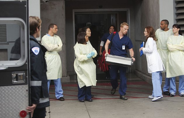 GREY'S ANATOMY - &quot;Free Falling&quot; - In the first hour, &quot;Free Falling&quot; (9:00-10:00 p.m.), the fifth-year residents return for the first day of a year that will make or break their careers: Meredith faces