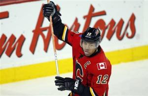 Iginla scores, Flames beat Blackhawks 3-1