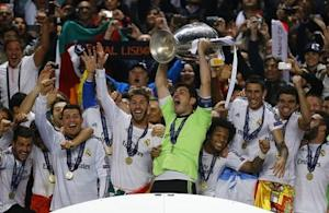 Real Madrid's captain Casillas and team mates celebrate with the trophy after defeating Atletico Madrid in their Champions League final soccer match at the Luz Stadium in Lisbon