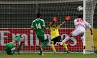 Ali Salem (R) of the UAE heads the ball in front of Iraq&#39;s goalkeeper during the 21st Gulf Cup&#39;s final on January 18, 2013 in Manama