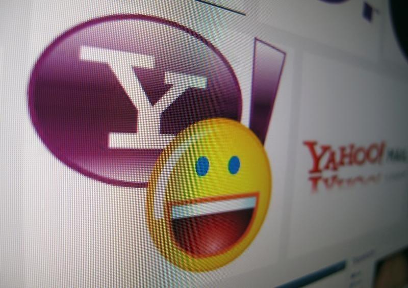 Verizon emerges as front-runner in Yahoo auction: sources
