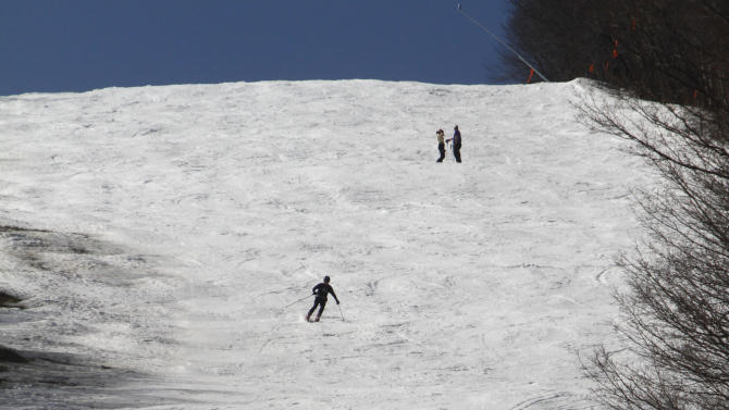 In this March 20, 2012 photo, skiers descend a trail at the Sugarbush Resort  in Fayston, Vt.Northern New England is experiencing some summerlike weather. Forecasters say the temperature should go past 70 degrees on Wednesday in Portland, Maine, smashing the old record by 10 degrees or more. And it'll be even warmer Thursday, moving toward the 80-degree mark.(AP Photo/Toby Talbot)