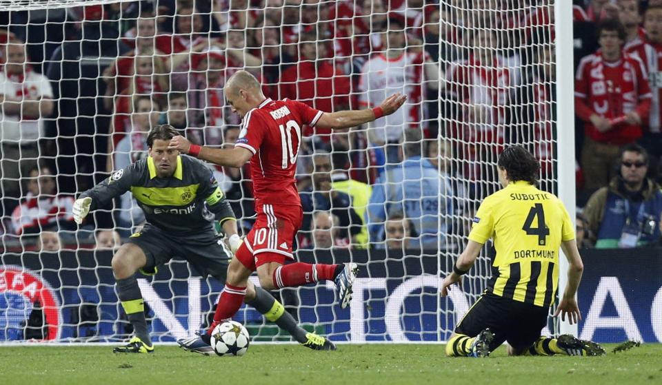 Bayern's Arjen Robben of the Netherlands, center, scores the winning goal,  during the Champions League Final soccer match between Borussia Dortmund and Bayern Munich at Wembley Stadium in London, Saturday May 25, 2013.  (AP Photo/Jon Super)