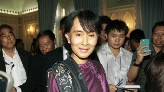 Myanmar's opposition leader Aung San Suu Kyi talks with a small group of Thai reporters after meeting with Thai Deputy Prime Minister Chalerm Yubumrung, unseen, at Government House in Bangkok, Thailand Thursday, May 31, 2012. (AP Photo)