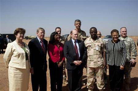 U.S. Senator Johnny Isakson (2nd L), U.S. Congresswoman Terri Sewell (3rd L), U.S. Senator Christopher Coons (3rd R), Force Commander Major General Shehu Abdulkadir (2nd R) and U.S. Congresswoman Karen Bass (R) pose for a picture at the Malian air base, where French soldiers are based, in Bamako February 18, 2013. REUTERS/Stringer (