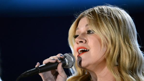 "Kelly Clarkson Slams Clive Davis On Twitter, Calls His Memoir A ""Violation"""
