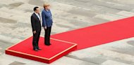 Chinese Prime Minister Li Keqiang (L) attends a military ceremony with German Chancellor Angela Merkel at the German federal Chancellery in Berlin on May 26, 2013
