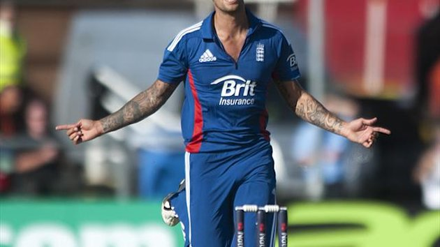 Jade Dernbach picked up two wickets as fog hampered England's tour match against India A
