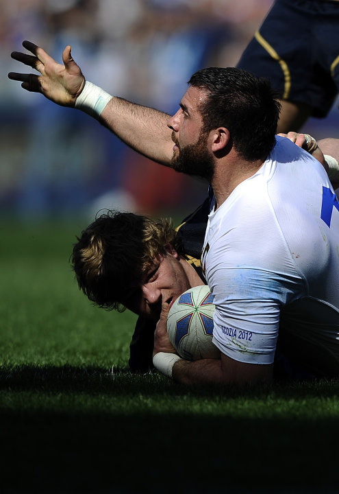 Italy's Robert Barbieri (R) vies with Scotland's David Benton during their Rugby Union Six Nations match at the Rome's Olympic stadium on March 17, 2012. Italy defeated Scotland 13-6.  AFP PHOTO / FIL