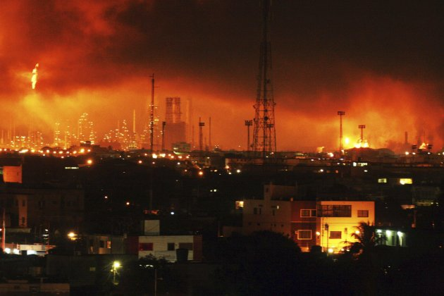 Fire+is+seen+after+an+explosion+at+Amuay+oil+refinery+in+Punto+Fijo,+in+the+Peninsula+of+Paraguana+August+25,+2012.+A+large+gas+explosion+shook+Venezuela's+biggest+refinery,+the+645,000-barrels-per-day+Amuay+facility,+killing+19+people+before+dawn+on+Saturday,+officials+said.++Officials+said+the+blast+was+caused+by+a+gas+leak+and+that+it+had+damaged+nearby+homes+along+with+the+refinery+complex.++REUTERS/Carlos+Velasco