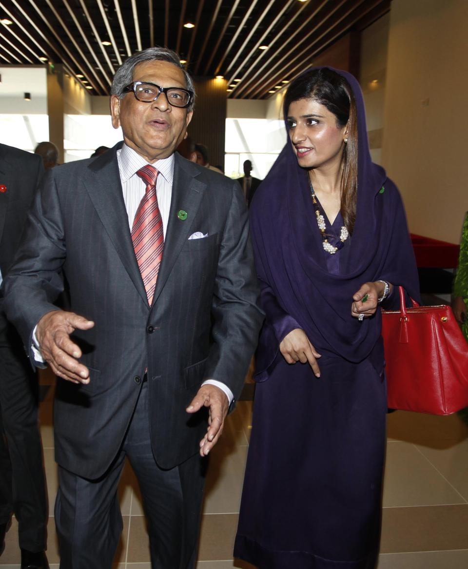 Indian Foreign Minister S.M. Krishna, left, talks to his Pakistani counterpart Hina Rabbani Khar as they arrive for the South Asian Association for Regional Cooperation (SAARC) foreign ministers meeting in Addu, Maldives, Wednesday, Nov. 9, 2011.(AP Photo/ Eranga Jayawardena)