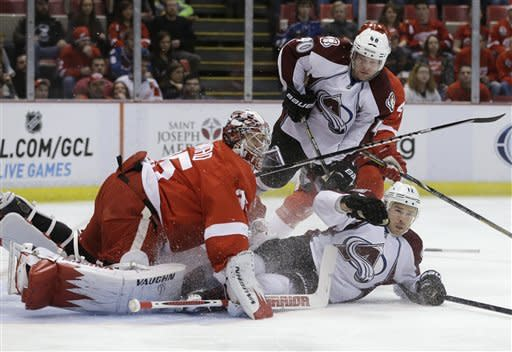 Howard, Red Wings top Avalanche 2-1