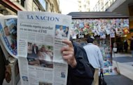 Un habitante de Buenos Aires lee, el 14 de junio de 2002, en una calle peatonal, el peridico La Nacin, que informa sobre el comienzo de las negociaciones entre el gobierno del presidente Duhalde y el Fondo Monetaria Internacional (FMI). (AFP/Archivo | Jean-Pierre Muller)