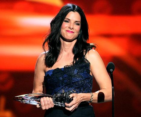 Sandra Bullock Wins Favorite Humanitarian at 2013 People's Choice Awards