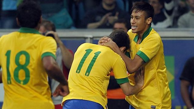 Brazil's Oscar (11) celebrates his goal against France with teammates Neymar (10) and Paulinho (18) during their international friendly soccer match in Porto Alegre, June 9, 2013 (Reuters)