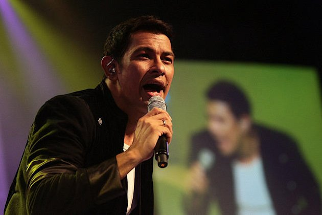 Gary Valenciano serenades his fans at the Music Museum during his concert. (NPPA Images)