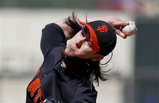 Lincecum helps Giants top Royals 2-1