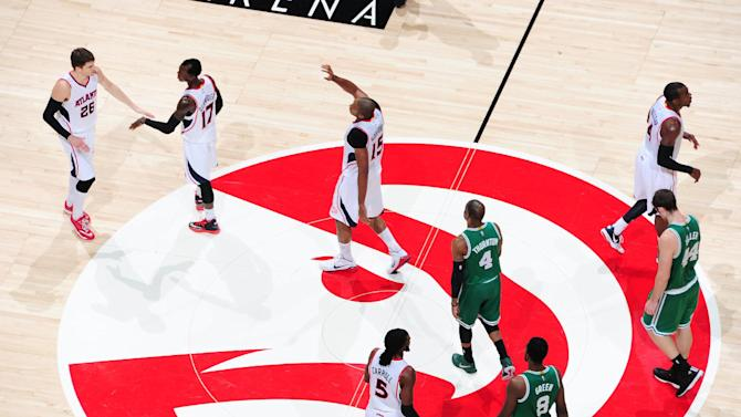 Korver lifts Hawks past slumping Celtics, 109-105