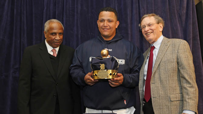 Detroit Tigers third baseman Miguel Cabrera poses with Frank Robinson, left, and Major League Baseball Commissioner Bud Selig as he receives Triple Crown award at a news conference before Game 3 of baseball's World Series between the Detroit Tigers and the San Francisco Giants Saturday, Oct. 27, 2012, in Detroit. (AP Photo/Paul Sancya )
