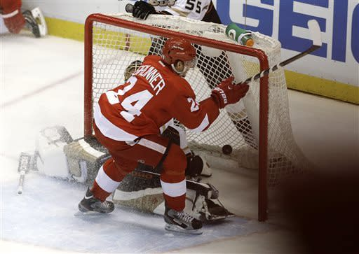 Red Wings beat Ducks 3-2 in Game 4, tie series
