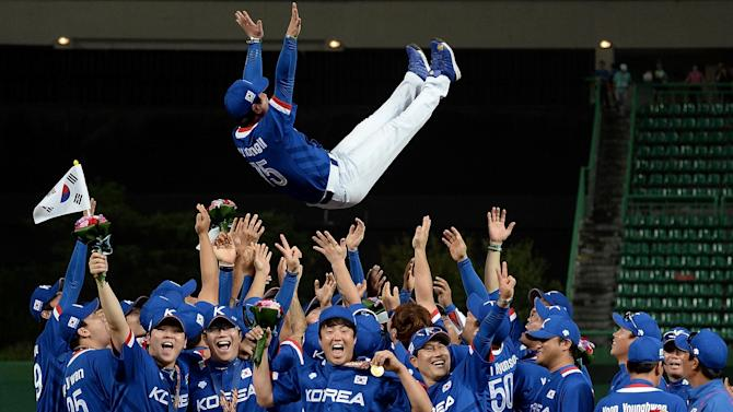 South Korea's baseball team celebrate after a win at the Asian Games in Incheon, on September 28, 2014