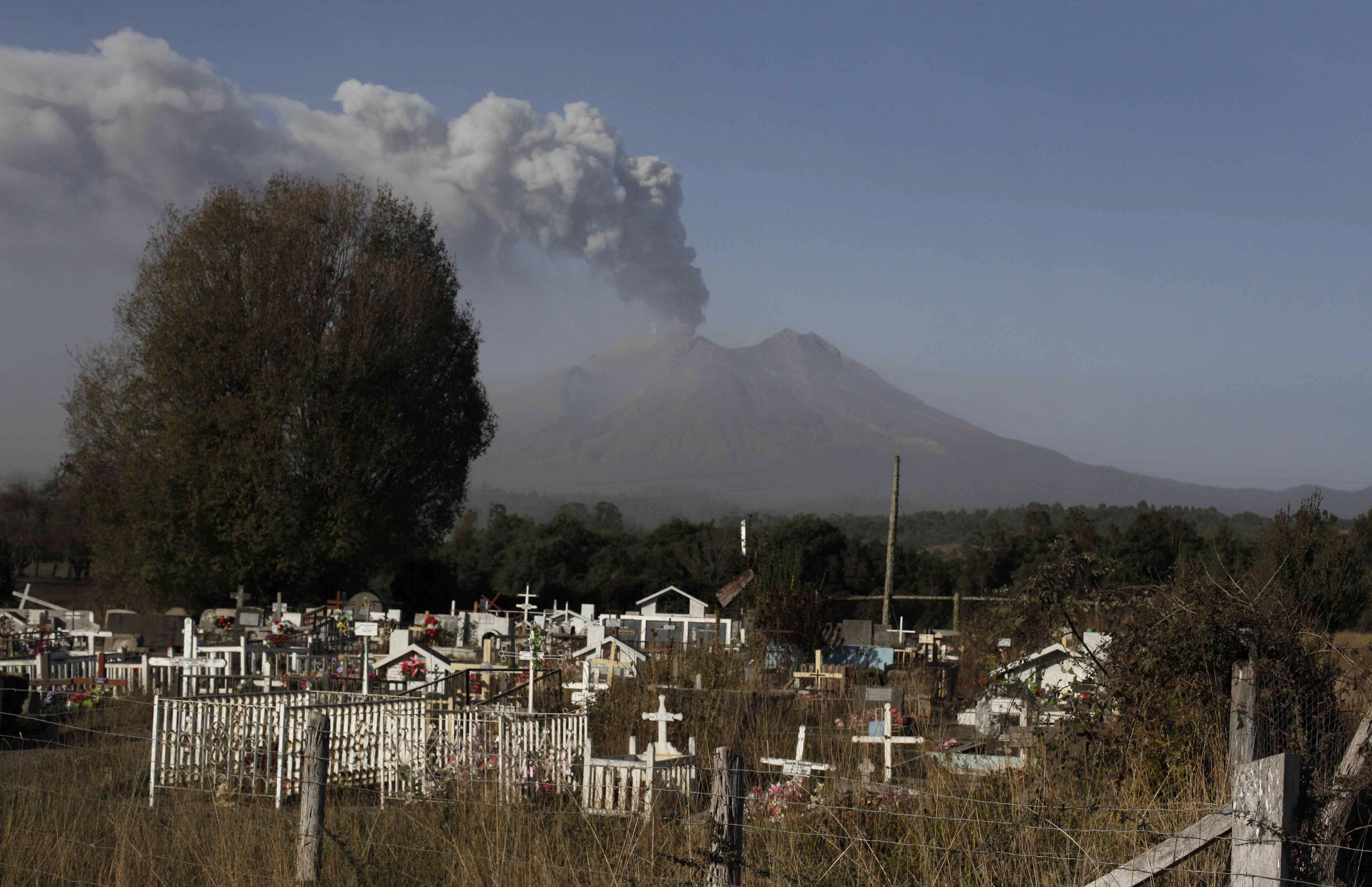 Chileans moved after dangerous volcanic mudflows detected