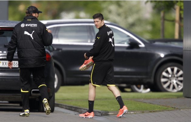Borussia Dortmund's coach Klopp and Lewandowski arrive for a training session in Dortmund