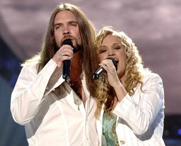 "Bo Bice and Carrie Underwood perform ""Up Where We Belong"" on the season finale Fox's American Idol"