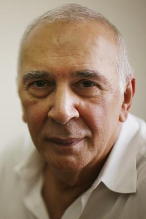 "FILE - In this Aug. 20, 2008 file photo, Actor Frank Langella poses for a portrait at the Roundabout Theatre Company in New York. Langella's memoir, ""Dropped Names: Famous Men and Women As I Knew Them,"" goes on sale Tuesday, March 27, 2012. The book is a collection of 66 impressionistic sketches of movie stars, social celebrities, Broadway icons, politicians and writers. (AP Photo/Ed Ou, File)"