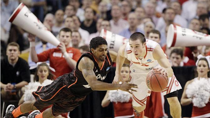 Ohio State guard Aaron Craft (4) escapes the defense of Cincinnati guard Jaquon Parker, left, in the first half of an East Regional semifinal game in the NCAA men's college basketball tournament, Thursday, March 22, 2012, in Boston. (AP Photo/Michael Dwyer)