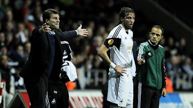 Swansea City's manager Michael Laudrup (L) gestures alongside Michu on the touchline during their Europa League soccer match against St Gallen at the Liberty Stadium in Swansea, Wales, October 3, 2013 (Reuters)