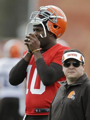 Browns sign QB Vince Young to 1-year deal