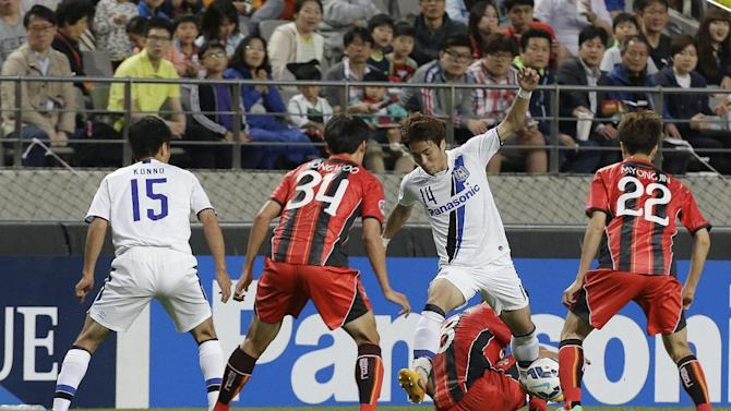 Yonekura Koki, second from right, of Japan's Gamba Osaka fights for the ball against Park Yong-woo, second left, and Koh Myong-jin, right, of South Korea's FC Seoul during their Asian Champions League Round of 16 soccer match at Seoul World Cup Stadium in Seoul, South Korea Wednesday, May 20, 2015. (AP Photo/Ahn Young-joon)