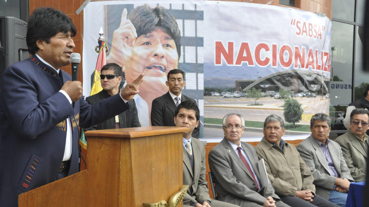 Morales nationalizes Spanish-owned airport company