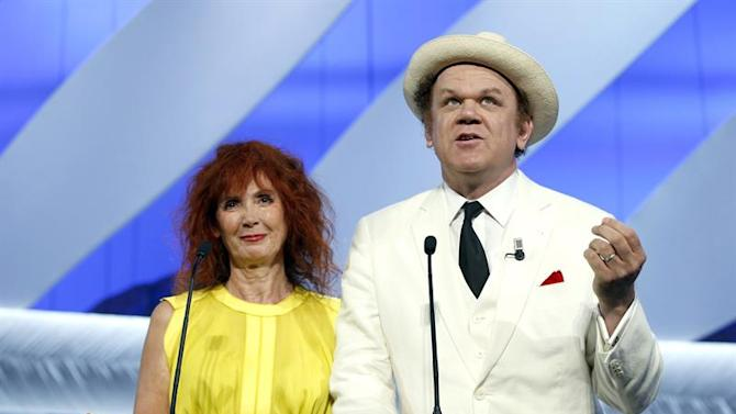 . Cannes (France), 24/05/2015.- French actress Sabine Azema (L) and US actor John C Reilly (R) attend the Closing Award Ceremony of the 68th Cannes Film Festival, in Cannes, France, 24 May 2015. Presented out of competition, the movie 'La Glace et le Ciel' (Ice and the Sky) closes the festival. (Cine, Francia) EFE/EPA/SEBASTIEN NOGIER