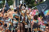 Integrantes de la parada por el orgullo gay bailan sobre botes en Amsterdam el 4 de agosto de 2012. Hombres vestidos con shorts de cuero negro y poco ms, otros con pintura corporal rosa y plateada o &#39;drag queens&#39; con modelos extravagantes tomaron el sbado los canales de Amsterdam para celebrar el desfile del Orgullo Gay. (AFP | bas czerwinski)