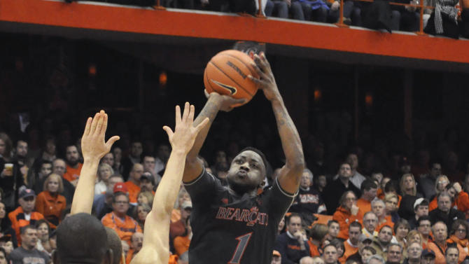 Cincinnati's Cashmere Wright shoots aganst Syracuse during the first half of an NCAA college basketball game in Syracuse, N.Y., Monday, Jan. 21, 2013. (AP Photo/Kevin Rivoli)
