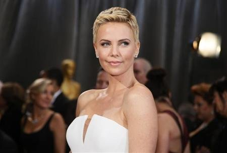 Actress Charlize Theron wearing white Dior Haute Couture column gown at the 85th Academy Awards in Hollywood, California February 24, 2013. REUTERS/Lucy Nicholson
