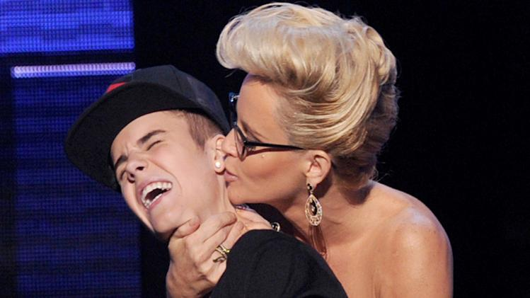 Bieber's embarrassing AMA kiss