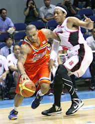 Sol Mercado tries to hold off Calvin Abueva. (PBA Images)