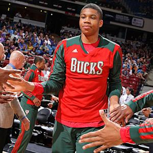 Giannis Antetokounmpo goes length of floor in two dribbles, dunks