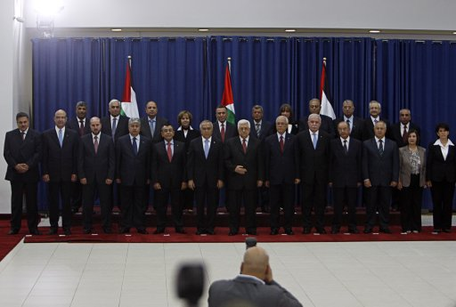 Palestinian President Abbas poses for a photo with members of new government in Ramallah