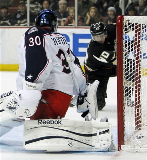 Perry's hat trick lifts Ducks over Blue Jackets