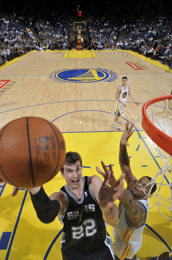 Spurs make it 14 straight over Warriors
